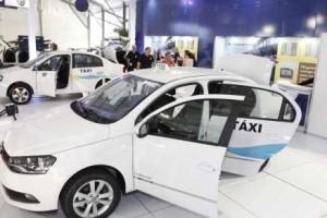 Durante o evento, feira de carros novos foi montada. Sindicato diz que 40% da frota de táxis precisa ser renovada