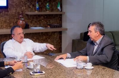 Taques e deputado Adriano Silva discutem melhorias para a região oeste