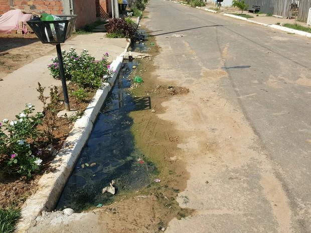 Problemas com esgoto incomodam moradores de Ji-Paraná há dois anos