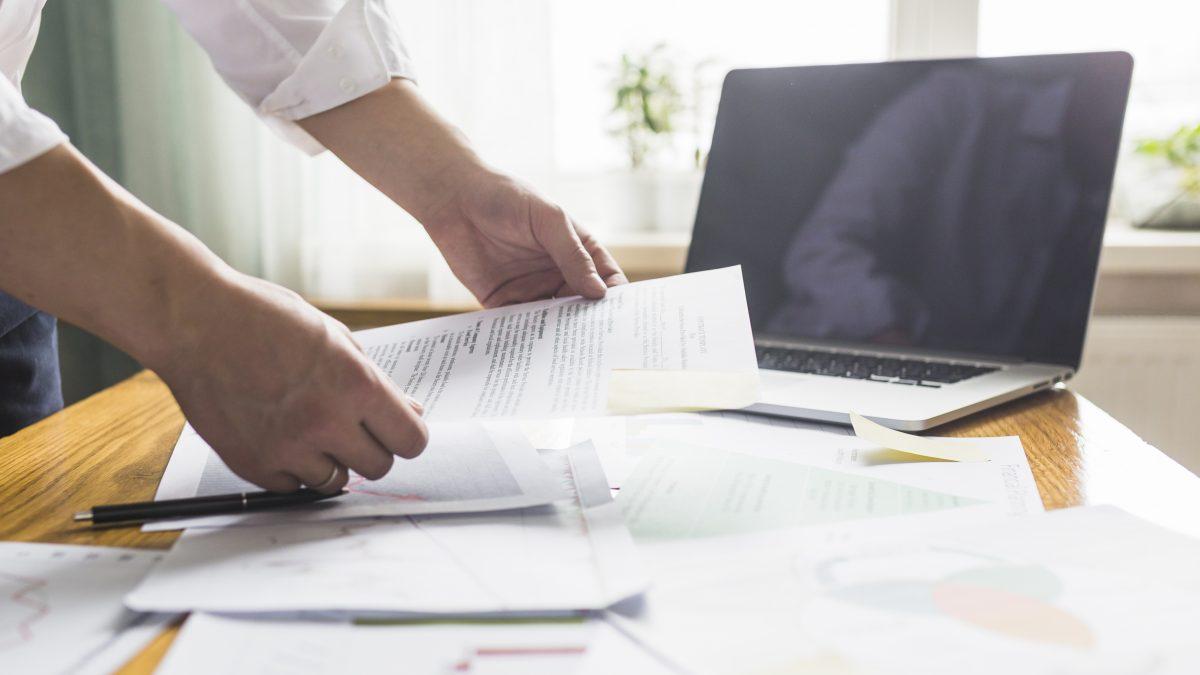 Profissional organizando a certidão negativa de débitos