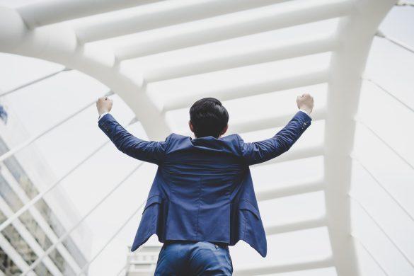 empreendedor comemorando que ganhou uma licitação
